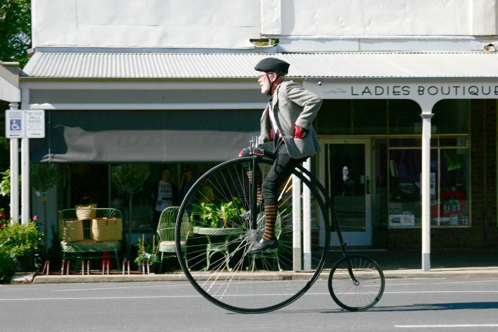 Penny_farthing_man_at_Beechworth_Festival