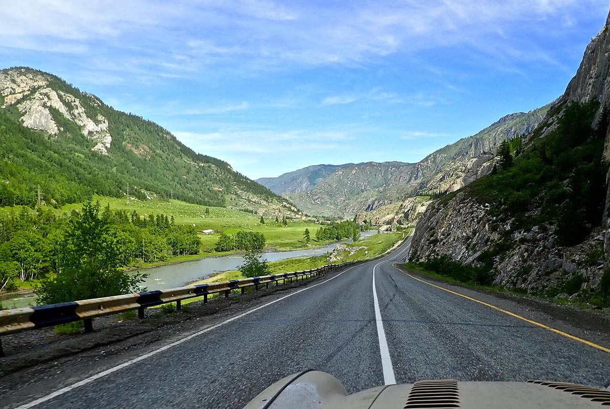 Superb-road-through-the-Altai-Mountains-E-Russia_